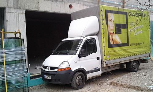 Z lastnimi dostavnimi tovornjaki skrbno pripeljemo pripravljeno steklo in okvirje do objekta